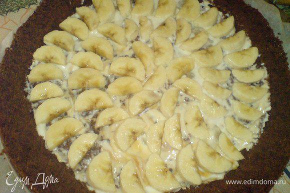 Внутрь нижнего бисквита выложить половину сыркового десерта (шоколадный топпинг с десерта собрать, можно добавить потом в крем). Аккуратно выложить кусочки бананов.