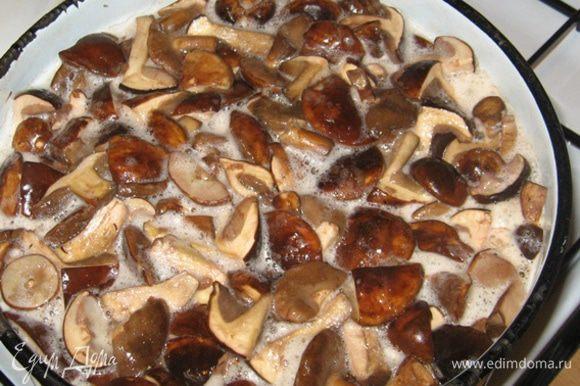 Грибы моем, перебираем, режем на части и отвариваем в подсоленной воде. Варим грибы, после того как они по-настоящему закипели, 15 минут. В процессе кипения снимаем пену.