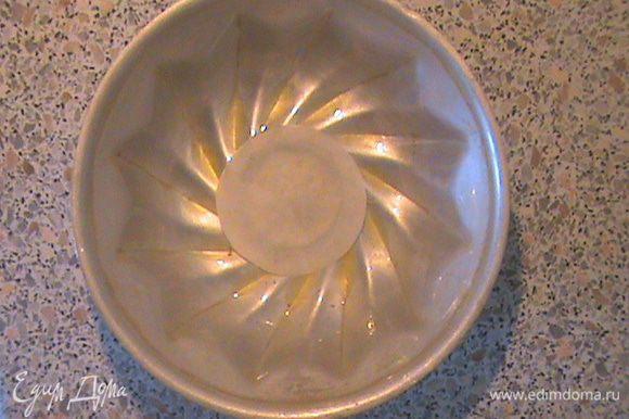 Смазываем маслом форму для пудинга (у меня объём 0,8л) и кладём на дно кружок бумаги для выпечки. Если дно вашей формы плоское, значит кружок делаем на всё дно.