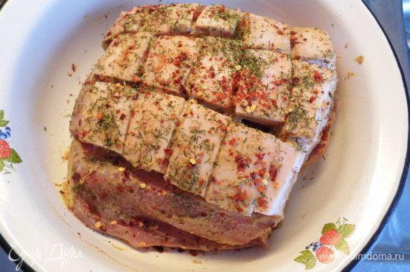 Мясо со всех сторон обмазать горчицей, посолить и обсыпать приправами.