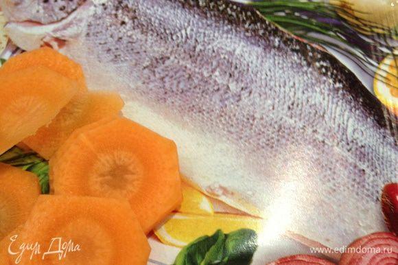 Нарезаем тонкими кольцами морковь.