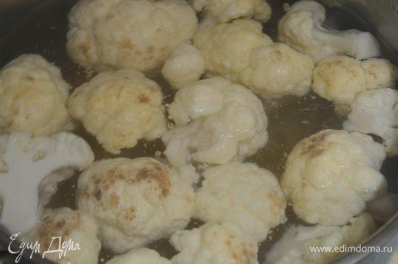 В кипящую подсоленную воду кинуть пасту и капусту одновременно, варить 5 минут.