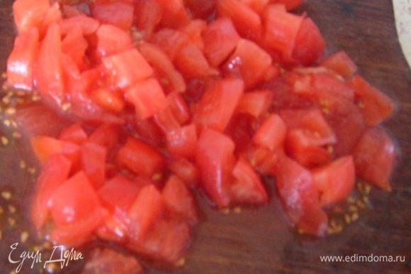 Добавить очищенные и порезанные кубиками помидор...