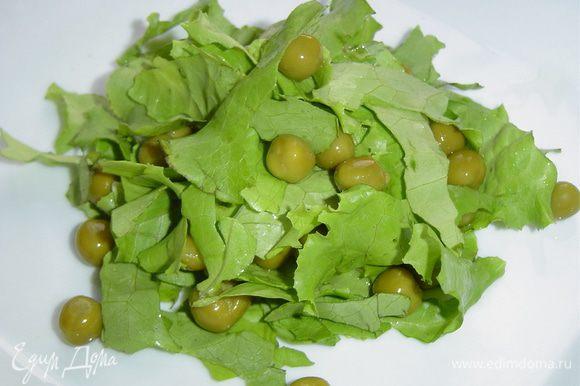К салату добавляем измельченный зеленый лук, зеленый горошек,
