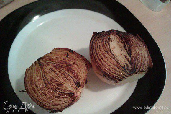 Отрезаем кончики у лука, не чистим, разрезаем пополам. Кладем срезом вниз на старую рифленую сковороду, слегка смазанную маслом, и жарим до темно-коричневого цвета. Добавляем в бульон.