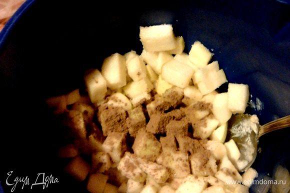 Яблоко нарезать на маленькие кубики, посыпать оставшимся сахаром и корицей, перемешать.