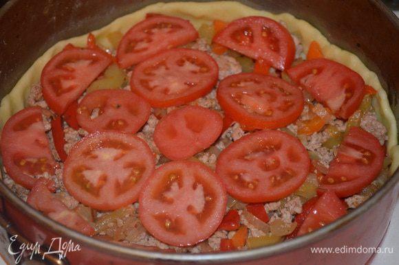 выложить на тесто начинку. Сверху раскладываем кружочки помидоров и присыпаем все сыром.