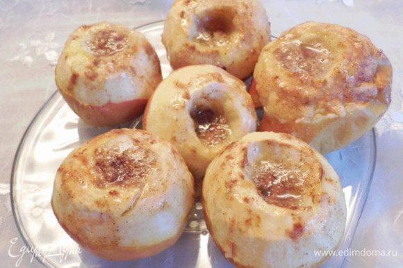 Достать из духовки противень и сразу же переложить горячие яблоки на тарелку. Фольгу убрать, а противень замочить в воде, пока не застыла карамель (яблочный сок+ сахар+мёд).