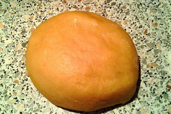 Просеять муку, насыпать горкой. В середине сделать воронку и влить в неё яйца, теплое молоко (воду) с солью и красным перцем. Замесить густое тесто и оставить на час, прикрыв полотенцем.