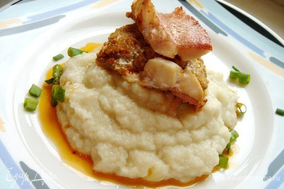 Выложить на тёплые тарелки пюре и рыбу,присыпать зелёным луком.Приятного аппетита!