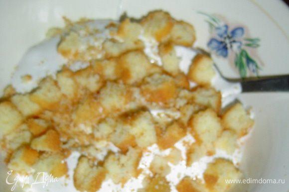 Так же нарезаем бисквит, измельчаем орехи и добавляем к крему.
