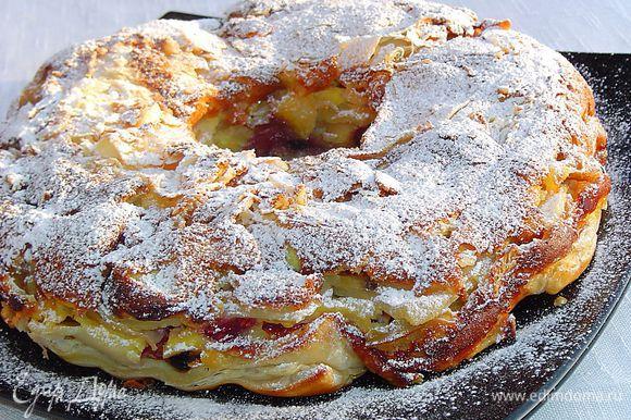 Переворачиваем готовый остывший пирог на блюдо, посыпаем сахарной пудрой.