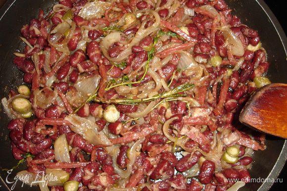 В классической последовательности спассеруем лук перьями и измельченный чеснок в смеси сливочного и оливкового масла. Добавим черный перец и веточки трав. С фасоли сливаем жидкость и добавляем к луку. Еще томим, приправляем бальзамическим уксусом, теперь колбаску соломкой и каперсы. Огонь можно отключать и дать начинке дойти. Солить не нужно, соль отдадут колбаска и сыр.
