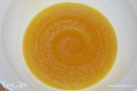 Мед смешать со сливочным маслом и распустить на среднем огне до жидкого состояния (эта смесь обалденно пахнет)