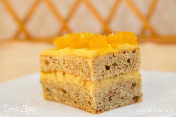 Промажьте остывший корж кремом, сверху украсьте цукатами и уберите на ночь в холодильник. За ночь торт пропитается и станет нежным и очень, очень вкусным.