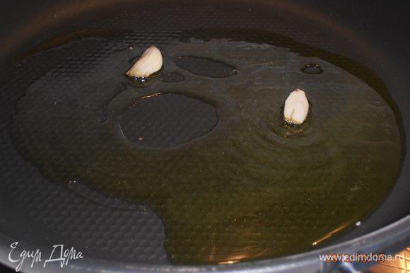 Креветки вымыть хорошо, не очищать. На сковороду налить немного масла, покласть пару зубчиков чеснока, немного обжарить и затем вынуть.