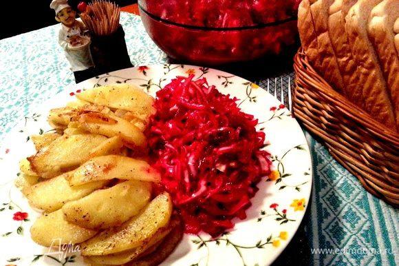 Картошку лепестками жарил муж...Сначала спрашивает всех,на сколько порций готовить(т.к.съедать её лучше сразу,не разогревая потом!),чистит,режет на крупные тонкие дольки-лепестки и жарит с солью,перцем.В конце добавляет лук обязательно-это его фирменная картошечка!