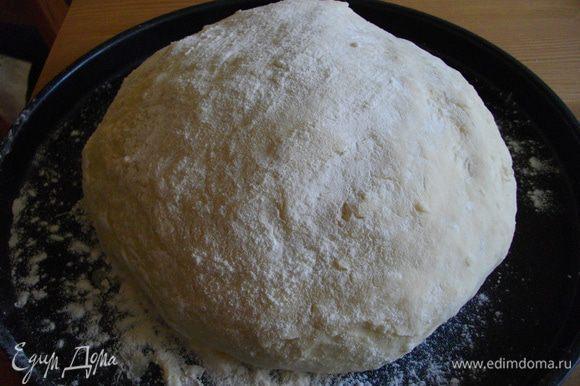 Из воды, муки и яйца замесить тесто. Скатать в мячик и отложить в сторонку, пусть постоит под салфеткой минут тридцать.