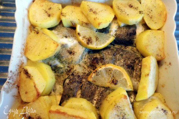 И поставить в холодную духовку на средний уровень на 25-30 минут при температуре 180-190*. Во второй половине периода запекания накрыть форму фольгой. Достать форму из духовки, накрыть её и оставить остывать на 10-15 минут.