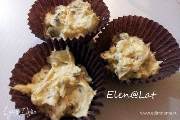 В тесто добавить шоколад и выложить готовое тесто в формочки.