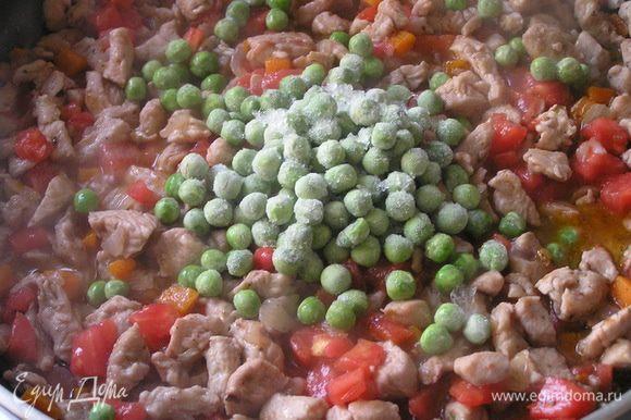Затем добавить зеленый горошек.
