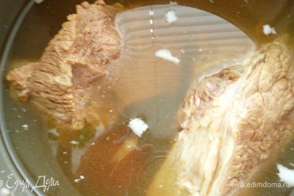 Говядину отварить в воде с добавлением луковицы,моркови,корня петрушки,соли,перца,лаврового листа.Бульон не сливаем,он нам понадобится.Готовое мясо охладить вместе с бульоном,что бы оно оставалось сочным.