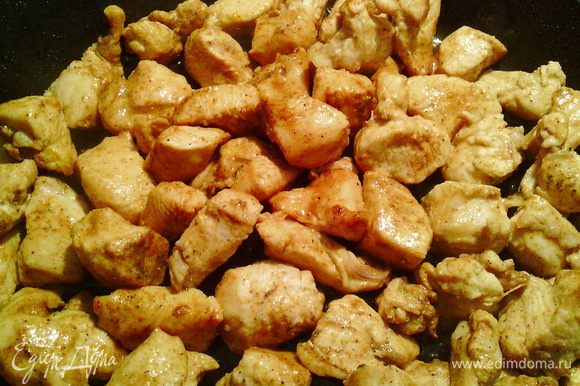 Теперь приступаем к начинке №1. Нарезать лук и филе. Обжарить до золотистого цвета, добавить специи.