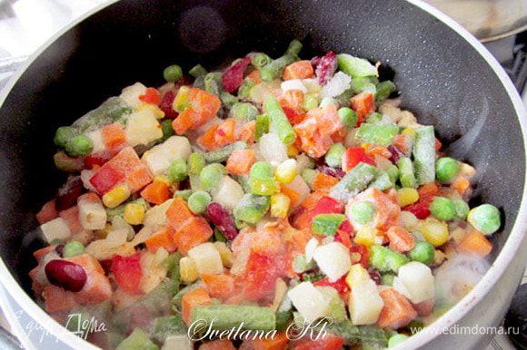 Затем добавить готовую смесь замороженных овощей. Ее очень легко собрать и самой, я перечислила ингредиенты выше.