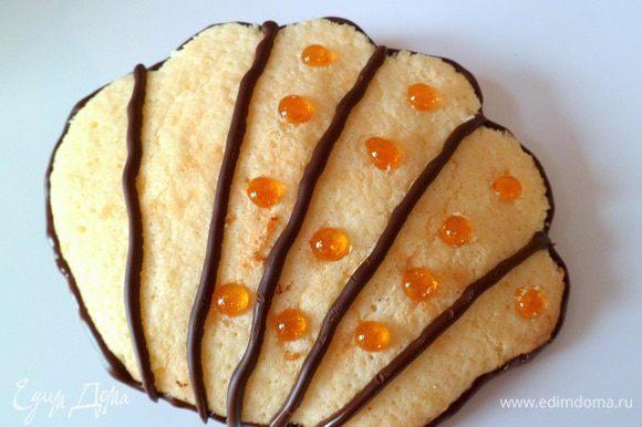 украшаем карамелью, вдавливая аккуратно в бисквит