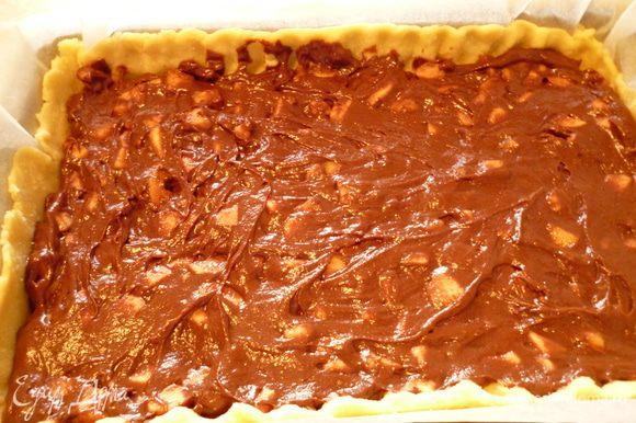 Берем кусок бумаги для выпечки,отмеряем по величине формы (включая высоту бортика), смазываем маргарином и раскатываем с помощью скалки тесто из холодильника. Вместе с бумагой переносим пласт теста в форму для выпечки,оформляем бортик. Затем равномерно распределяем шоколадно-яблочную массу. Выпекаем пирог при 170 градусах 35-40 минут. Проверяем готовность по шоколадному слою, до сухой спички. Достаем пирог из духовки, накрываем полотенцем и даем остыть. Приятного вам чаепития!