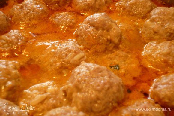 Снимаем крышку, добавляем зелень,щепотку сахара,щепотку сухой аджики, перемешиваем,пробуем на соль,если надо добавляем соли. Из фарша формуем шарики величиной с грецкий орех, выкладываем их поверх овощей,закрываем крышкой и еще тушим 10-15 минут.