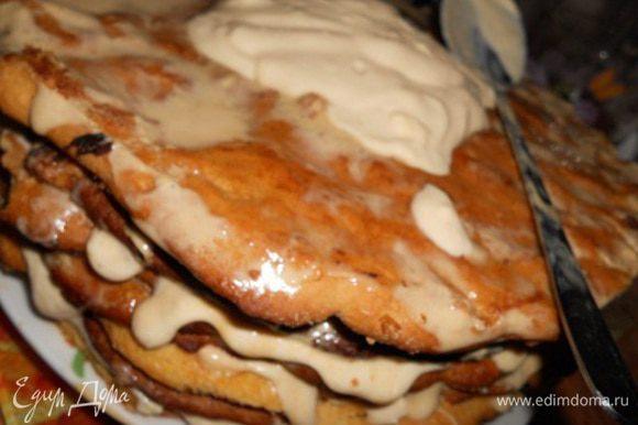 Берем второе блюдо и начинаем по одному перекладывать уже пропитанные коржи промазывая их нашим вторым кремом, и так каждый корж, затем смазываем бока и посыпаем крошкой от оставшихся обрезков коржей, вот торт и готов.