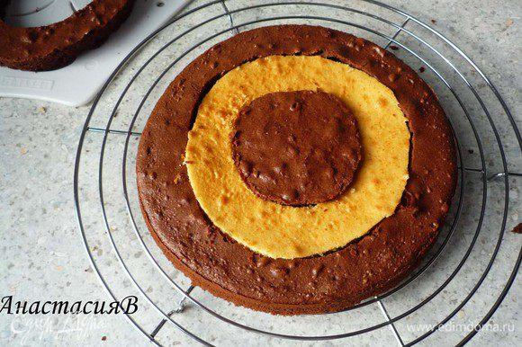 Перемешаем сметану с сахарной пудрой. Собирам пирог, заменив темное среднее кольцо светлым.