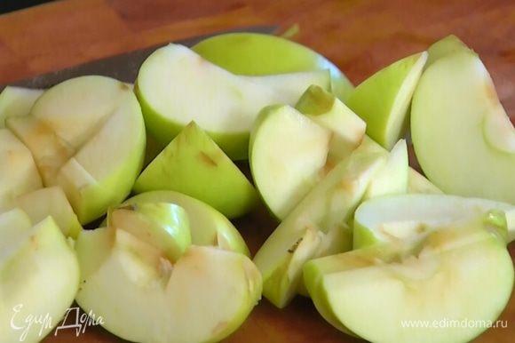 Яблоки, удалив сердцевину, разрезать на дольки.