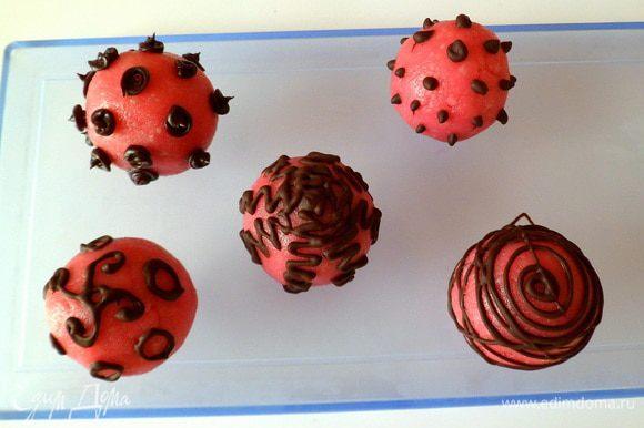 Но я решила еще и шоколадом сверху украсить, а можно красиво сделать завитушки, точки, спирали.