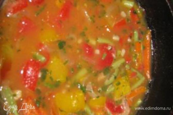 добавляем мелко нарезанные помидоры, если нет помидор, то томатный сок, в самом худшем варианте - томатная паста, разведенная водой. Даем немного покипеть на медленном огне. Я обычно пробую фасоль и перец. Они не должны быть сильно мягкими, но в то же время и не сырые. В последний момент добавляю мелко нарезанный чеснок, сельдерей, приправу. Закрыть крышкой и дать постоять минут 10-15.