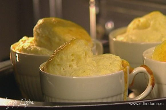Поставить формочки в небольшой противень и запекать в разогретой духовке 20 минут.