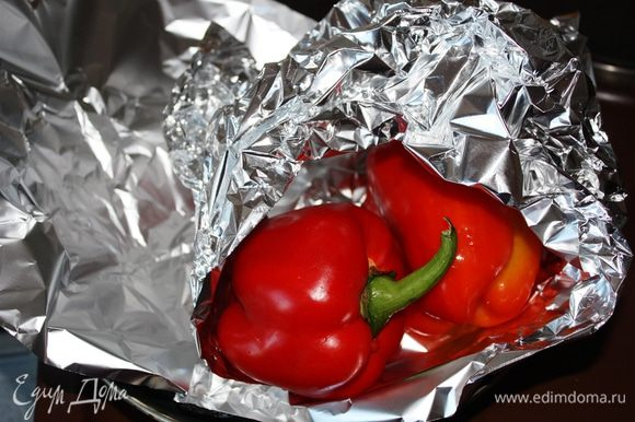 Болгарские перцы завернуть в фольгу, поставить в разогретую до 200 градусов духовку на 40 минут. Затем достать, остудить и очистить от кожицы.