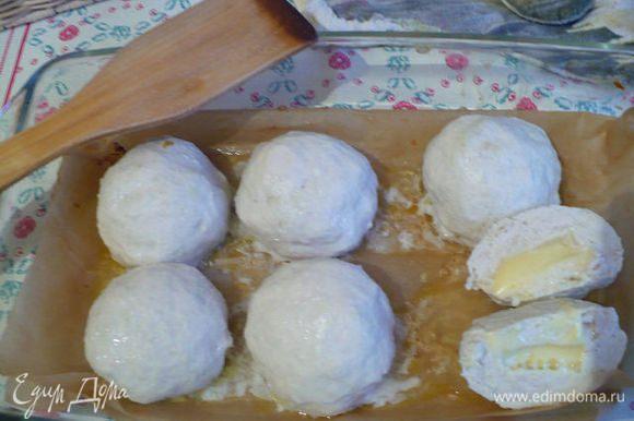 И снова куриной филе в виде котлет для ребенка. Фарш сделала из филе, яблоко тертое, мякиш размоченный, яйцо, немного манки. Формируем котлетки, внутрь кусочек сыра, придаем форму и запекаем в духовке под фольгой или крышкой минут 35-40 при 180.