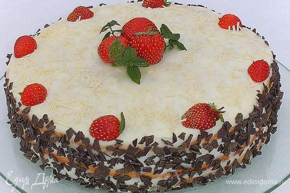 """Украшаем торт """"Нежность"""" тертым шоколадом, клубникой и мятой."""