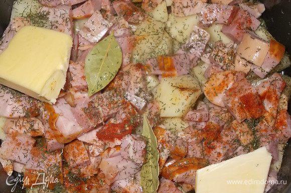 сосиски нарезать на небольшие кусочки, шейку в/к нарезать уложить поверх картофеля