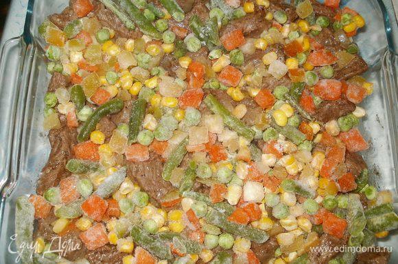 На мясо выкладываем овощное ассорти (у меня болгарский перец, зелёный горошек, морковь, кукуруза, стручковая фасоль), слегка солим.