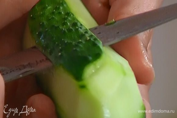 Огурец очистить от кожуры, нарезать небольшими кусочками, добавить в суп и варить все еще 5–7 минут.