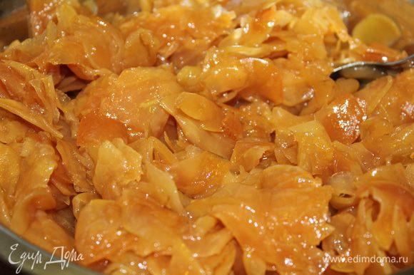 Готовим начинку. Для этого яблоки необходимо очистить, освободить от сердцевины и нарезать тонкими ломтиками. На сковороде распустить топленое масло, выложить сахарный песок... все перемешать и добавить яблоки. Тушить примерно 20 минут при открытой крышке, постоянно помешивая. Яблоки приобретают золотистый цвет. Начинку надо остудить
