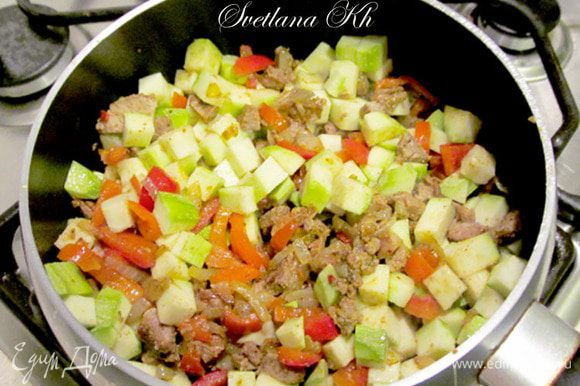 Кабачок нарезать кубиками и так же добавить к мясу с перцем. Жарить 3 минуты, посолить.