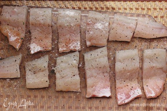Снимите филе с рыбы. Порежьте филе на куски, шириной 4 сантиметра. Посолите и поперчите. Кожу можно не снимать.