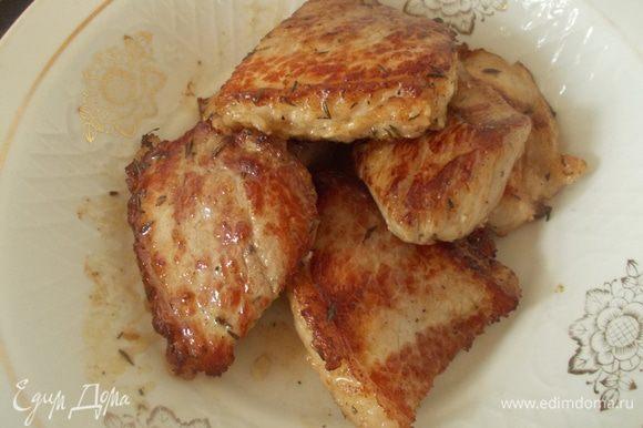 Выложить мясо на тарелку.