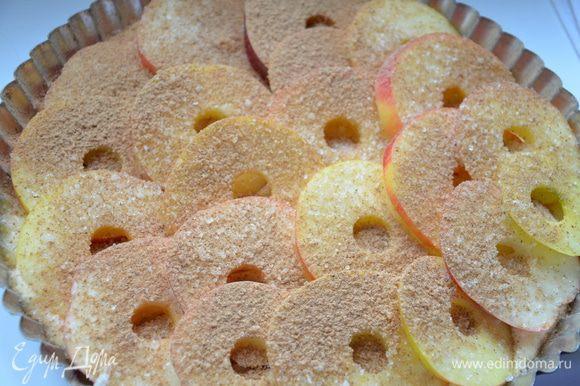 Выложить яблоки на тесто внахлест. Присыпать их сахаром и молотой корицей. Поставить запекаться при 190С, около 30 минут.
