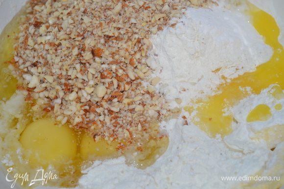 затем добавляем яйца и миндаль