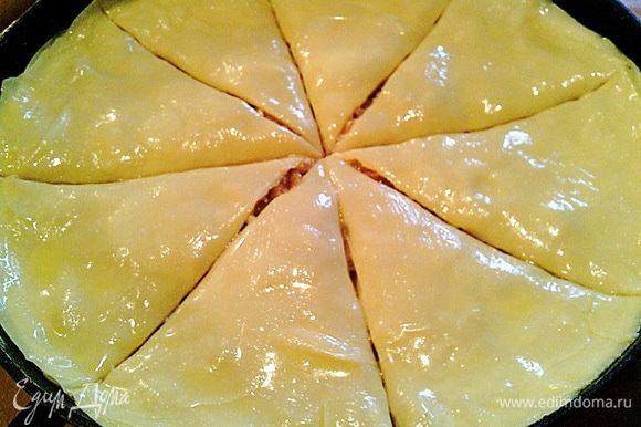 Надрезаем (почти до конца) пирог на сегменты. И ставим в духовку разогретую до 180 градусов на 40 мин.